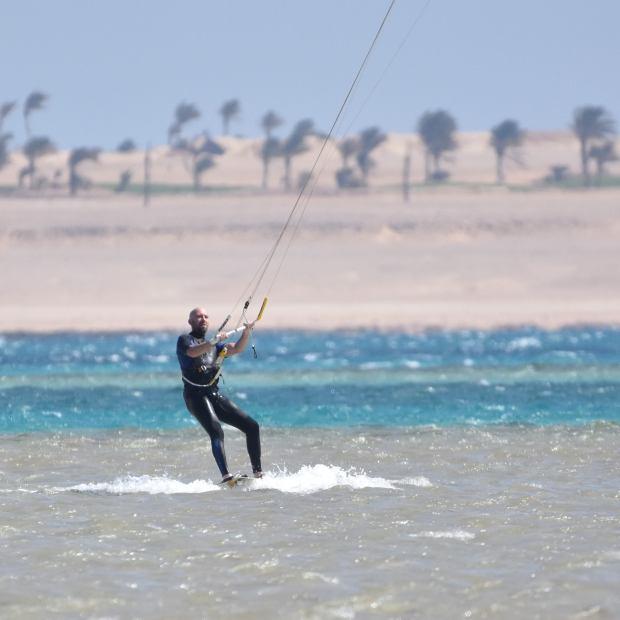 Pete Lyons kitesurfing